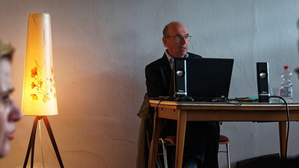 Rainer Petto liest sich selbst im KulturBahnof in Saarbrücken.